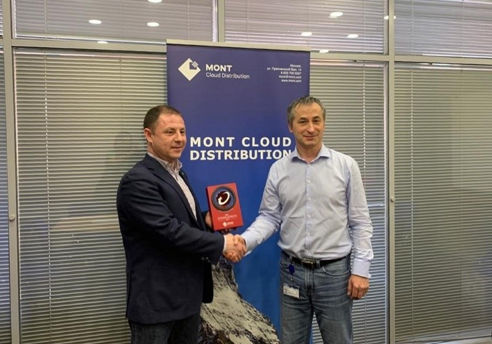 Константин Емельяненко вручает диплом Trend Micro Александр Галдобину